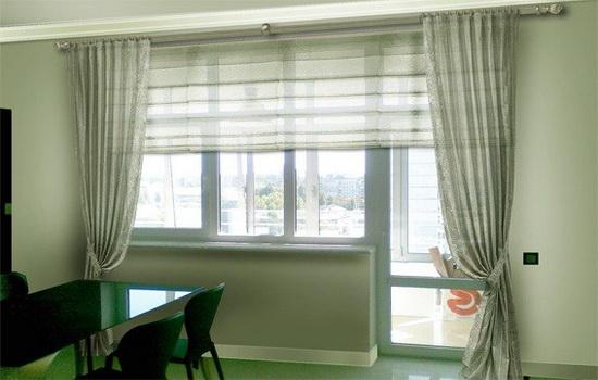 Окно на кухне с светлыми шторами
