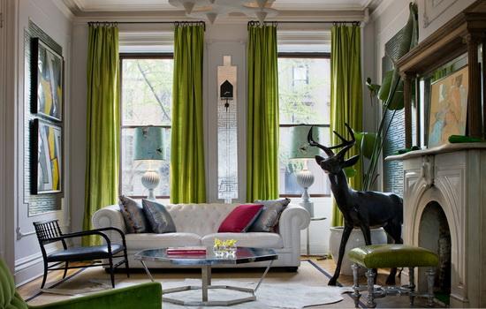 Оливковые шторы в интерьере комнаты