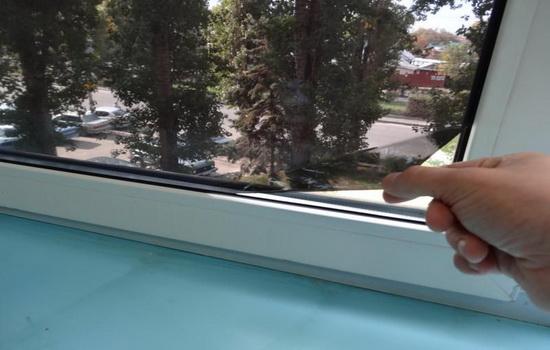 Процесс нанесения тонировочной пленки на окно