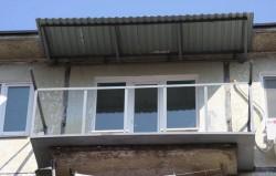 Остекление балкона с крышей: легко и доступно