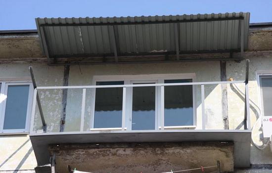 остекление балкона на последнем этаже с крышей
