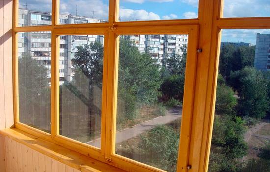Остекление балконов при помощи деревянных рам