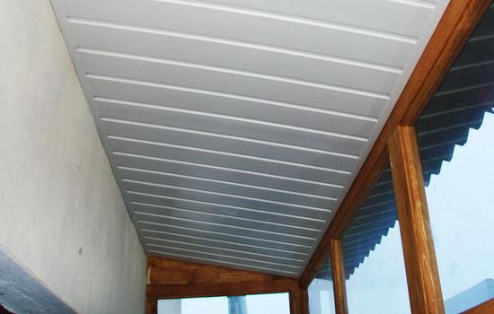 Отделка потолка балкона хрущевки ПВХ панелями