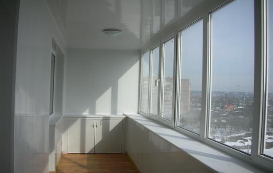 Пластиковые окна в интерьере балкона