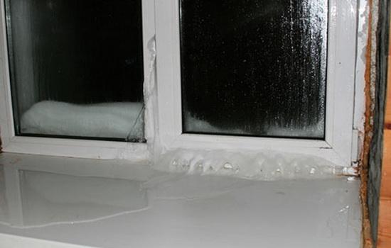 Почему на балконе происходит замерзание окон