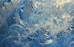 Почему замерзают окна на балконе. Возможные причины и их устранение