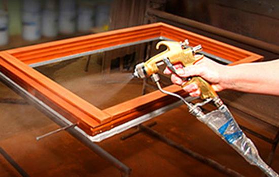 Пример лакировки деревянных окон пистолетов
