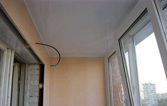 Пример натяжного потолка на лоджии