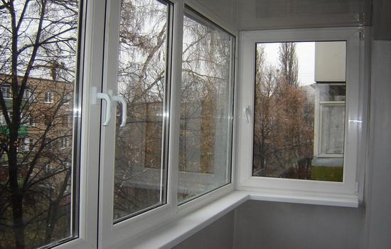 Балкон застеклен при помощи стеклопакета