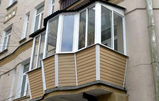 Пример отделанного сайдингом балкона