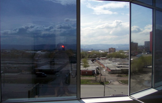 солнцезащитные ПВХ окна на балконе