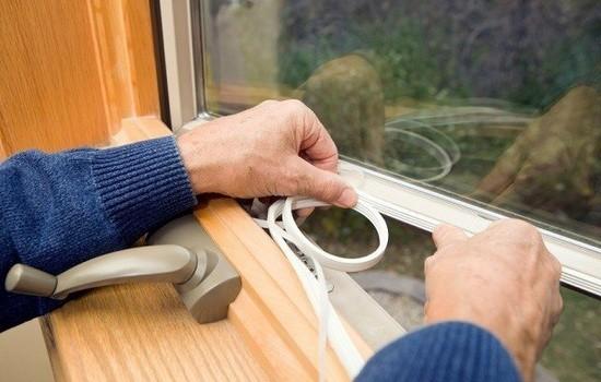нанесение на раму окна уплотнителя