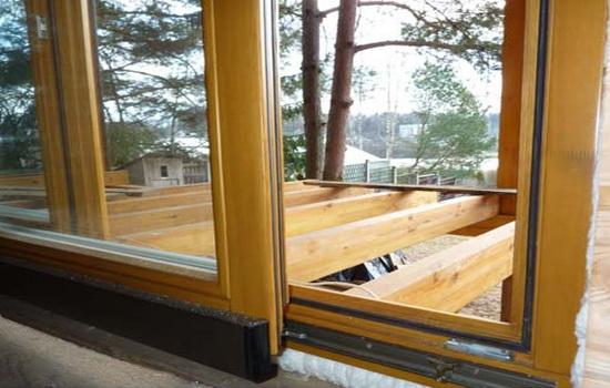 Раздвижные деревянные окна на балкон
