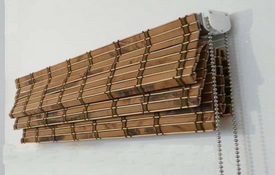 Рулонные бамбуковые шторы в интерьере квартиры