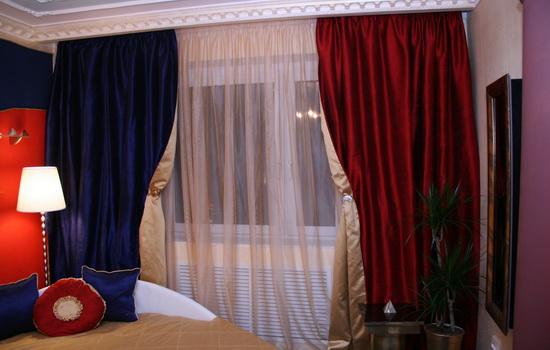 Синие и красные шторы в спальне
