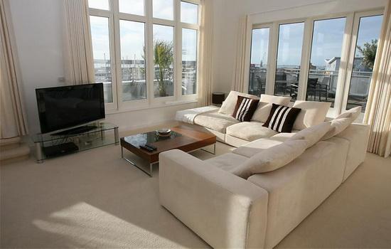 Современная квартира с большими светлыми окнами