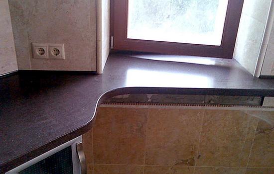 Керамогранитная столешница на кухне