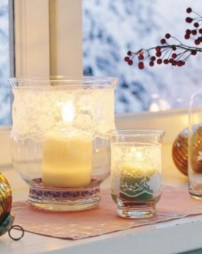 Свечи на окне смотрятся очень красиво в Новогоднюю ночь