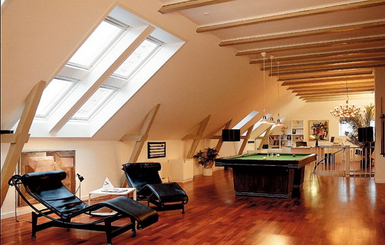 Светлые окна на просторном мансардном помещении
