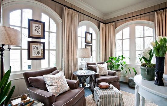 Светлые шторы на арочных окнах
