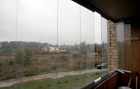 Фото безрамного остекления балкона