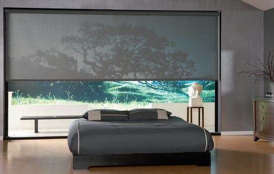Тканевые рулонные жалюзи в интерьере спальной комнаты
