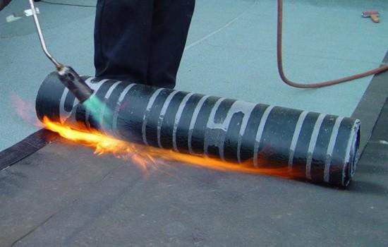 Укладка изоляционного материала с применением газовой горелки