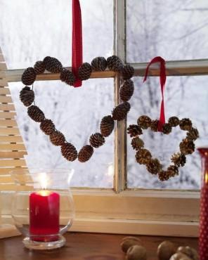 Украшение новогодних окон шишками в виде сердца