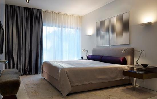 Украшение шторами окна больших размеров в спальне
