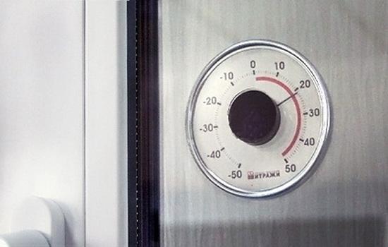 Уличный термометр на окне