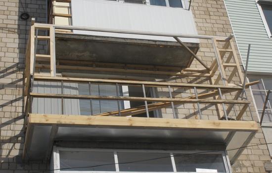 Деревянный каркас будущего балкона