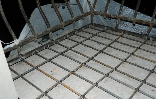 Установленный металлический профиль на железобетонном основании плиты