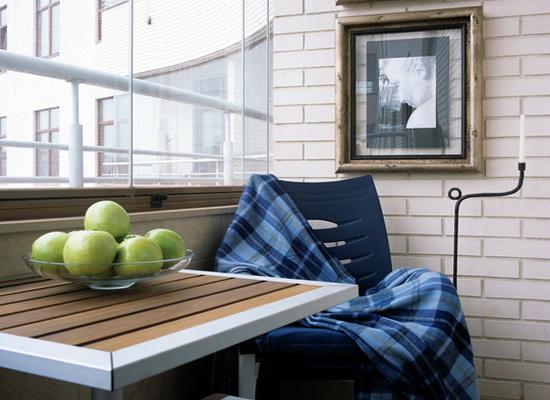 комната с балконом и окном