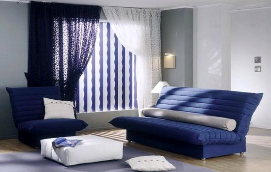 Вертикальные жалюзи сине-белого цвета в интерьере