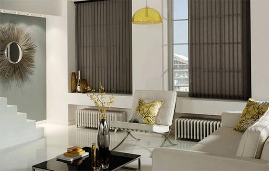 Вертикальные жалюзи в гостиной белого цвета