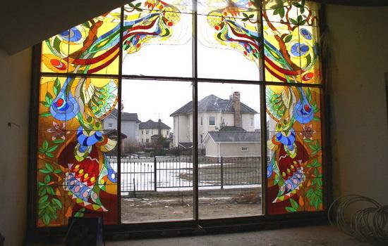 Витраж Тиффани на окне частного дома