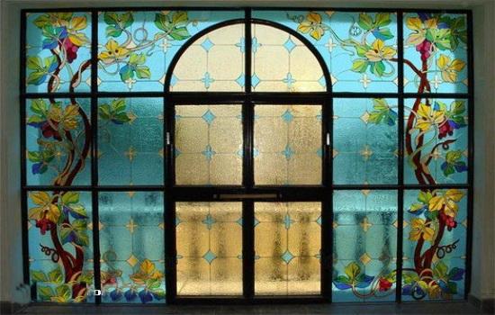 Выход на балкон, оформленный витражными окнами
