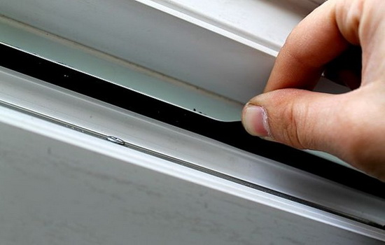 Нужно ли менять некачественный уплотнитель в ПВХ окнах