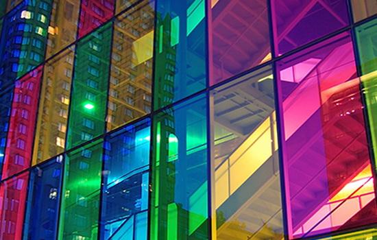 Здание с цветными стеклами