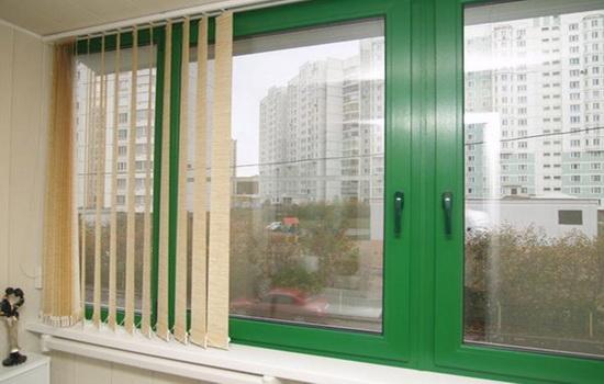 окно из пластика зеленого цвета