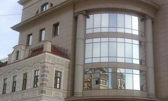 Здание с зеркальной тонировкой