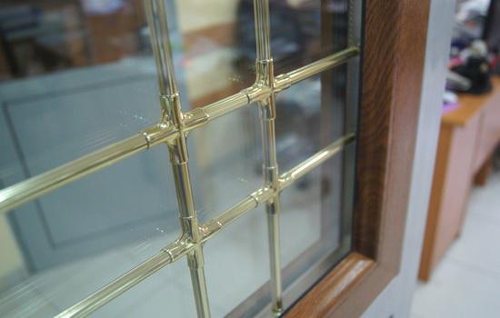 Золотые шпросы на окне